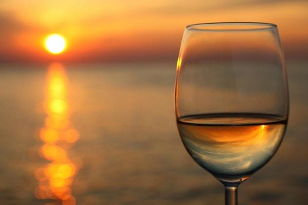 Glass vin mot rød solnedgang