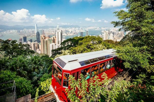 Hong Kong, Kina - 25. oktober 2012: Den berømte topptrikken med turister ombord ankommer Victoria Peak-stasjonen i Hong Kong.