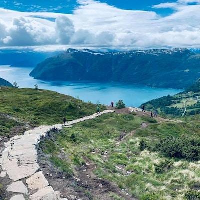 Utsikt fra fjell mot fjord