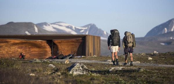 To turgåere utenfor Viewpoint Snøhetta