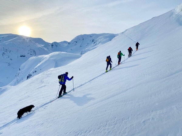 På vei opp Vatnahalsen på ski