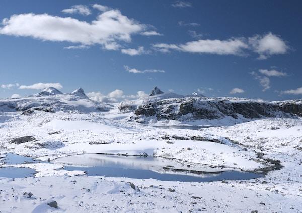 Etter det første snøfallet i sesongen (i september) i fjellene i Jotunheimen nasjonalpark (i Norge).