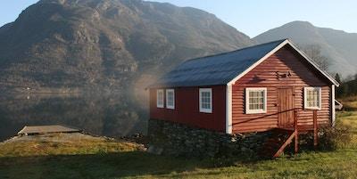 Båthus ved fjord