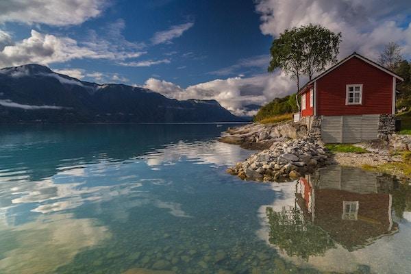 Rødt naust ved fjord