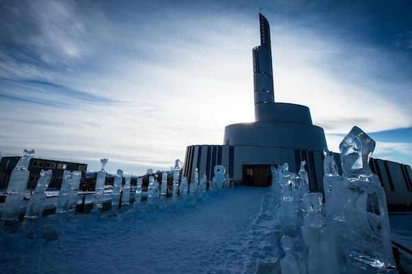 Nordlyskatedralen Alta Norge, en ny spektakulær bygning som skal stå ferdig i 2013. Skulpturer av is på vei til kirken.