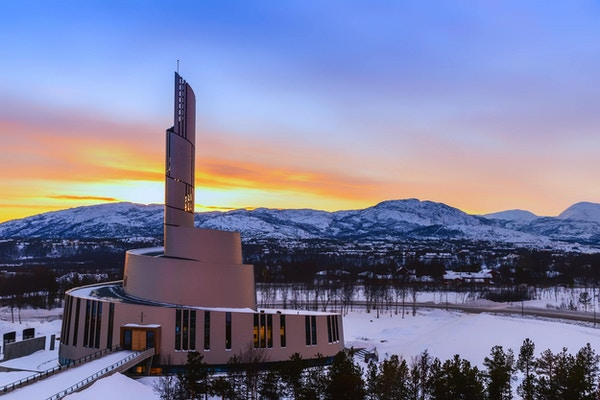 Nordlyskatedralen i Alta i solnedgangen.