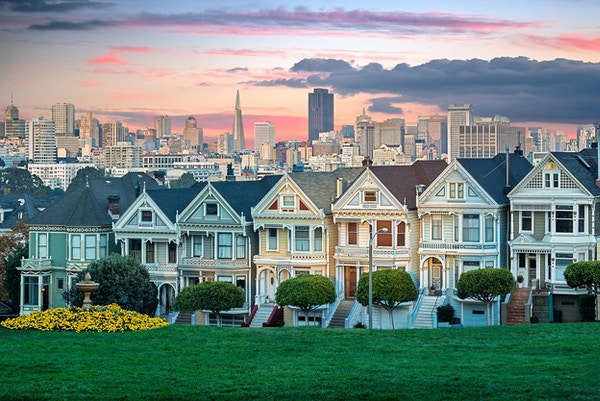 San Franciscos bybilde med the Painted Ladies sett fra Alamoparken.