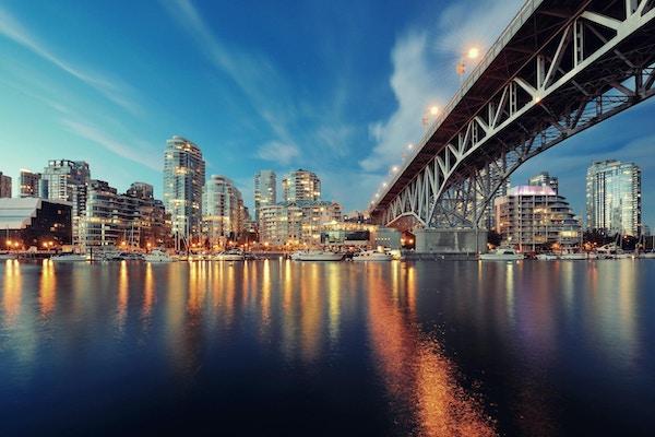 Vancouver False Creek om natten med bro og båt.