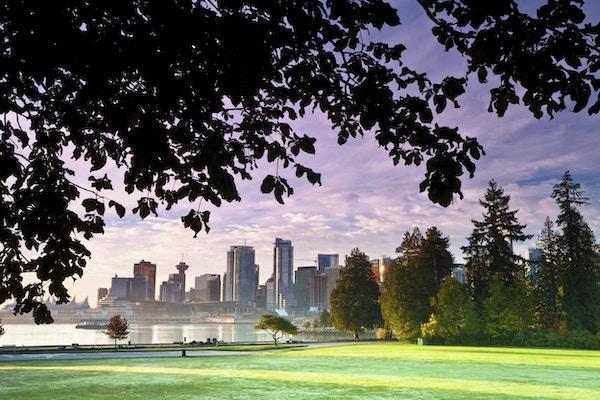 Utsikt over Vancouver sentrum ved soloppgang, fotografert fra Stanley Park. Vancouver, British Columbia, Canada.