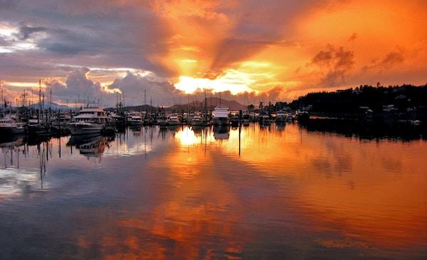 En vakker, oransje solnedgang over havnen Thomsen i Sitka, Alaska.