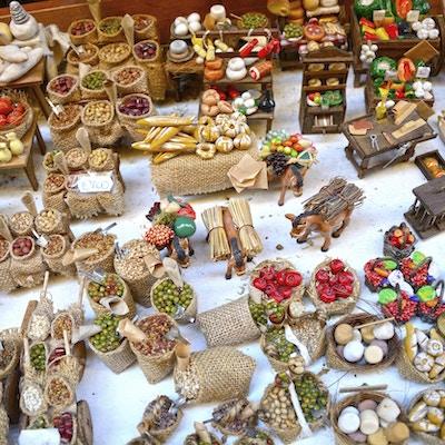 Bås med typiske suvenirer fra Napoli - gipsfigurer som brukes til dekorasjon av tradisjonelle Napoli-fødescener.