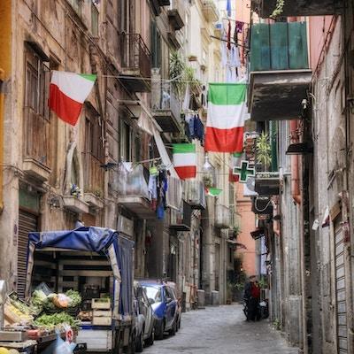 Sidegate i det historiske sentrum av Napoli, Italia.