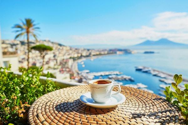 En kopp fersk espressokaffe på en kafé med utsikt over Vesuv-fjellet i Napoli, Campania, Sør-Italia