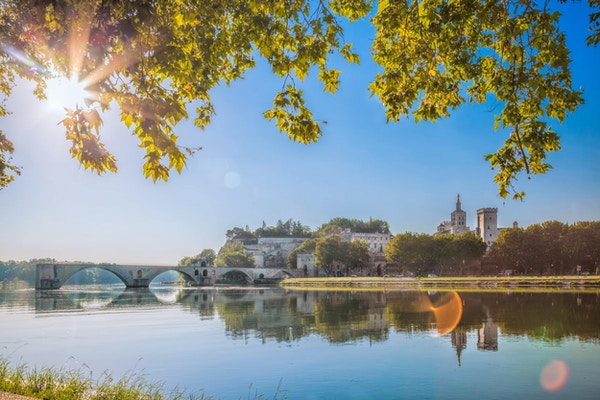 Avignon bro med Popes Palace i Provence, Frankrike