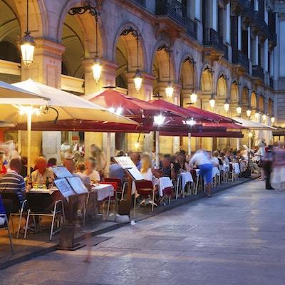 natt utsikt over Placa Reial om sommeren. Barcelona