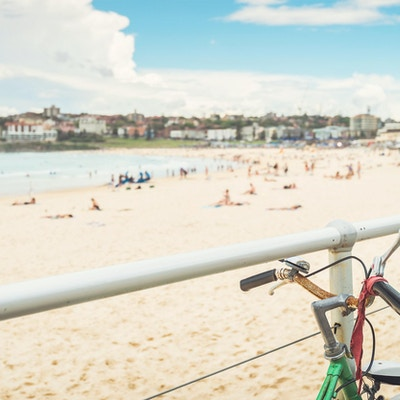 Gammel sykkel parkert nær Bondi-stranden. Kryssbehandlingseffekt brukt