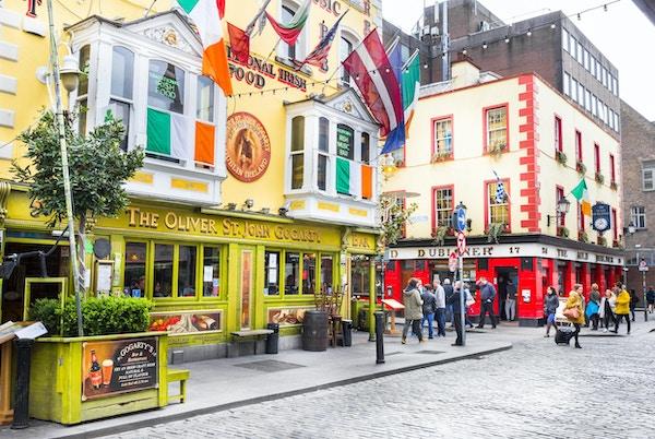 Dublin, Irland - 5. mai 2016: Turister som går i Temple Bar-området.