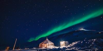 Vakkert nordlys over fjellene