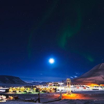 Vakkert Nordlys som danser på himmelen