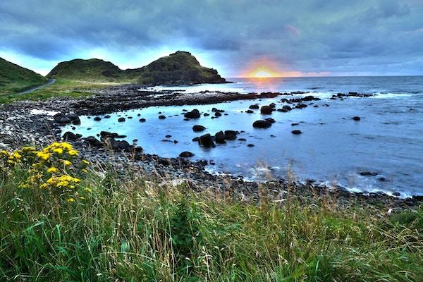 Giant's Causeway i skumringen, Nord-Irland.