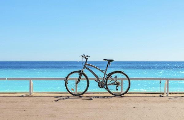 Sykkel på den berømte Promenade des Anglais som Middelhavet på bakgrunn i Nice, Frankrike.