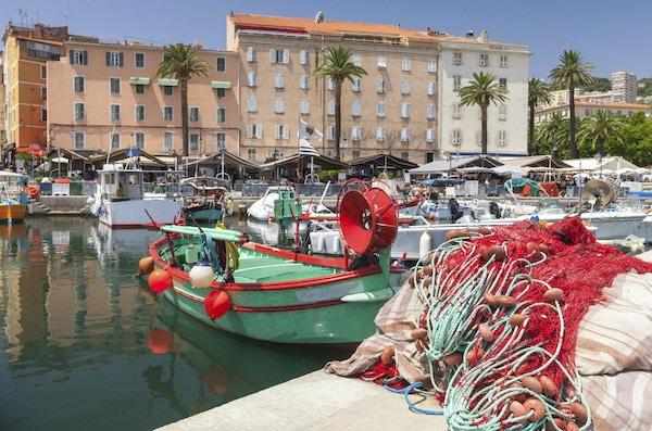 Fargerik fiskenett som legger i havnen i Ajaccio, Korsika. Nærbildefoto med selektiv fokus på en forgrunn
