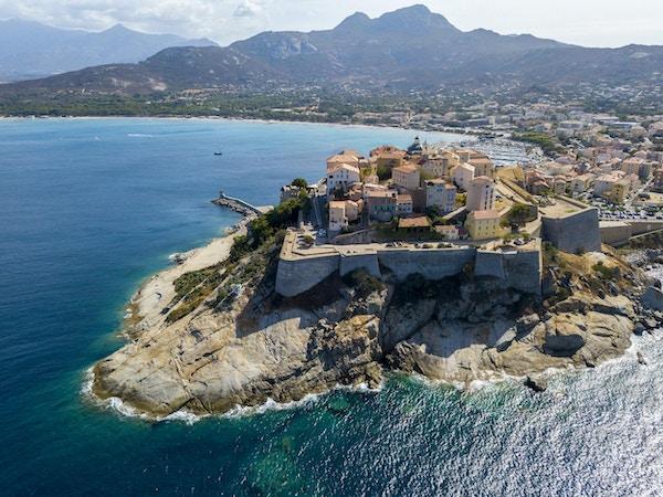 Flyfoto av byen Calvi, Korsika, Frankrike. Byens murer, klippe med utsikt over havet
