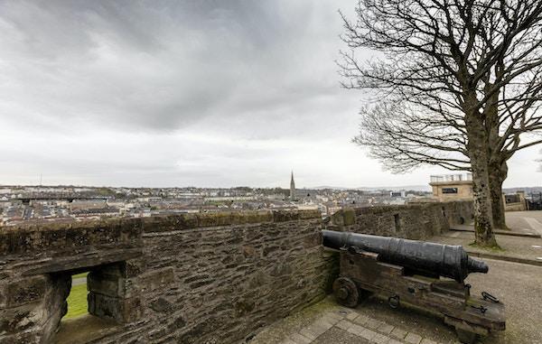 1500-tallets Walls of Derry City, Nord-Irland, med utsikt over Bogside-området