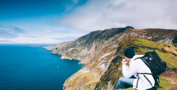 Turgåer har utsikt over Slieve League-fjellet på Atlanterhavskysten