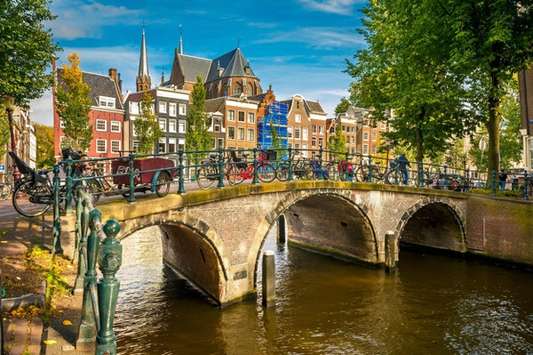 Bro over kanalen i Amsterdam