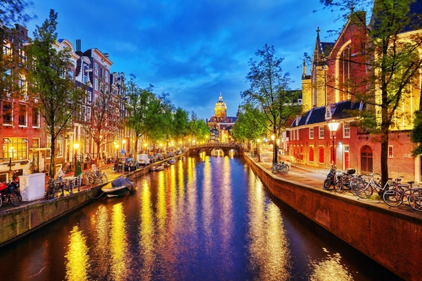 Westerkerk (Western Church), med utsikt over vannskanalen i Amsterdam. Nederland.