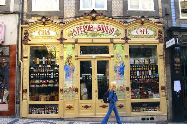 Gatebutikk med varer i vinduene