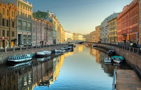 Elvekanal med båter i Saint-Petersburg. Vår