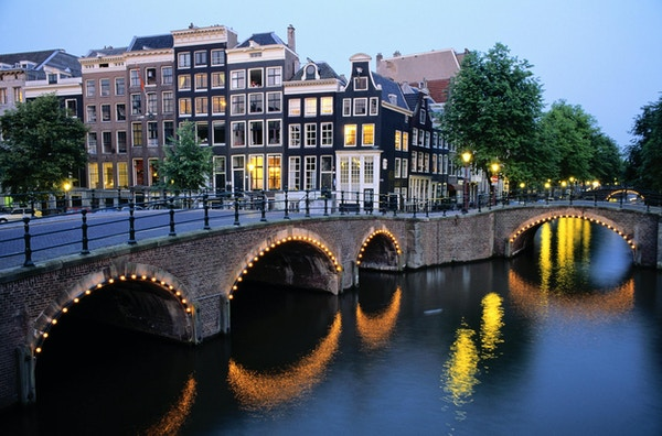 Bro over kanalen i skumringen, Amsterdam, Netherland.