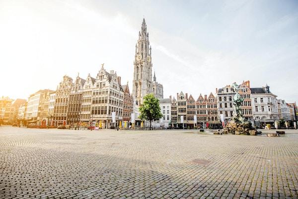 Morgenutsikt på Grote Markt med vakre bygninger og kirketårn i Antwerpen sentrum, Belgia