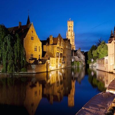 """""""Berømt beliggende Rozenhoedkaai, om natten i Brugge, Belgia."""""""