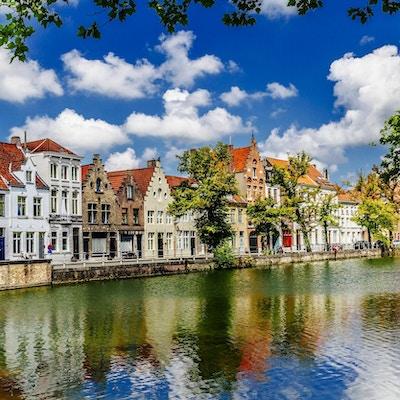 Utsikt langs kanalen mot Langerei i Brugge i Belgia, med utsikt nord. AdobeRGB fargerom.