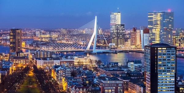 Luftfoto av Rotterdams skyline med Erasmusbroen i skumringen sett fra Euromasttårnet, Nederland