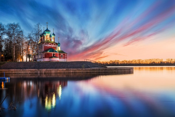 Church of Dmitry on the blood med refleksjonen i Volga og blå og rosa skyer av vårsolnedgang i Uglich