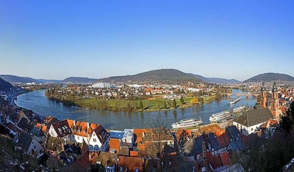 Panoramautsikt over Miltenberg med elven Main i Bayern