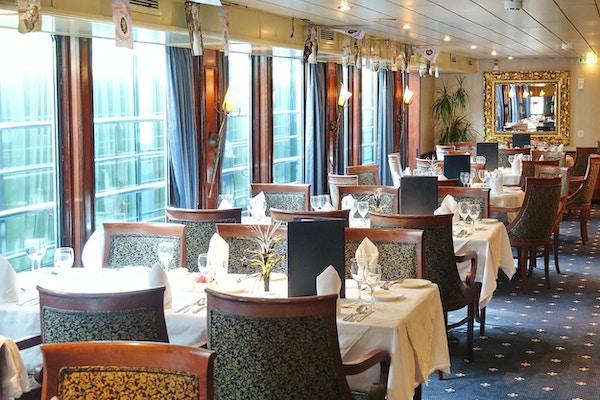 Stoler og bord om bord på elvecruiseskip