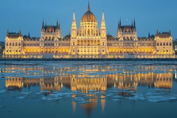 Ungarsk parlamentsbygning om vinteren, isdrift på Donau-elven (Budapest)
