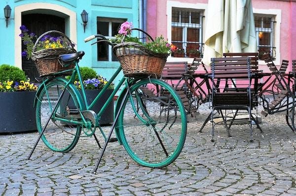 Fargerik sykkel i gaten til Sighisoara, Romania