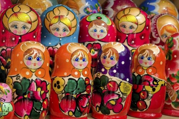 Nærbilde av farget håndlaget russisk matryoshka