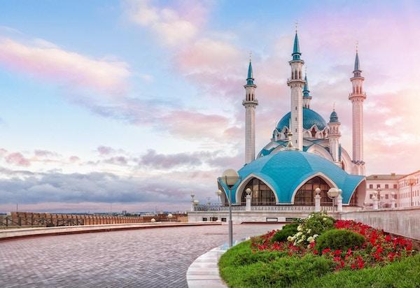 skyet rosa morgen i Kazan Kreml og moskeen Kul-Sharif
