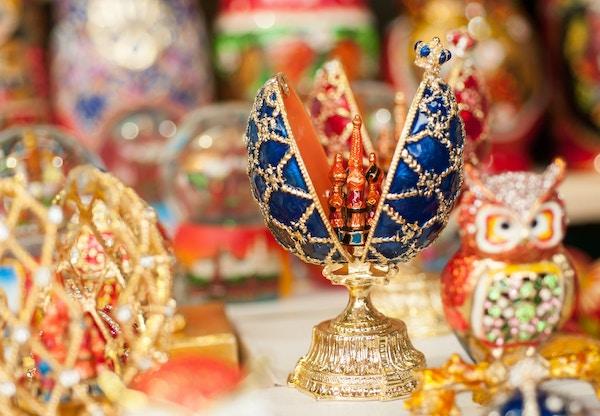 Faberge egg russiske suvenirer på gatene i Moskva om sommeren på ettermiddagen