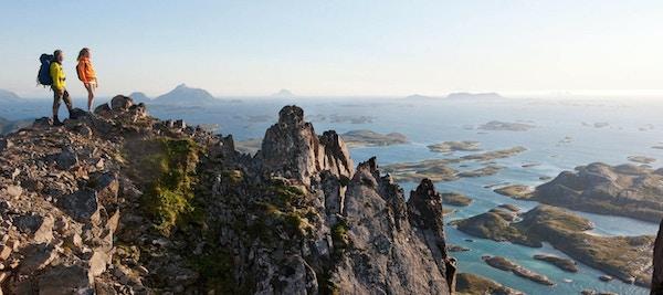 Mennesker på fjelltur med panoramautsikt