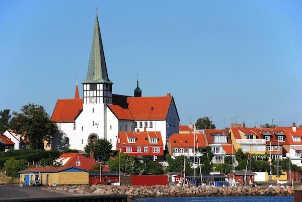 Pittoresk utsikt til Saint Nicolaj-kirken og skyline av RAnne (Bornholm, Danmark) Kirken er viet til helgen for sjøfolk og ble opprinnelig bygget i 1275.