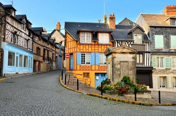 Historiske bindingsverk i den vakre byen Honfleur, Frankrike
