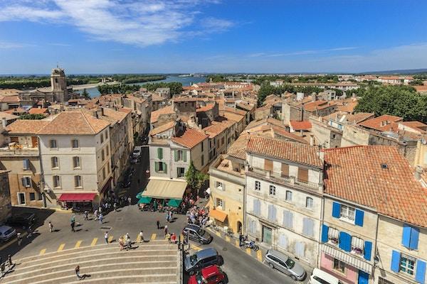 Arles ligger i det sørlige Frankrike i Bouches du Rhone- området. På grunn av byens romanske monumenter ble byen oppført på UNESCOs Verdensarvliste  i 1981.